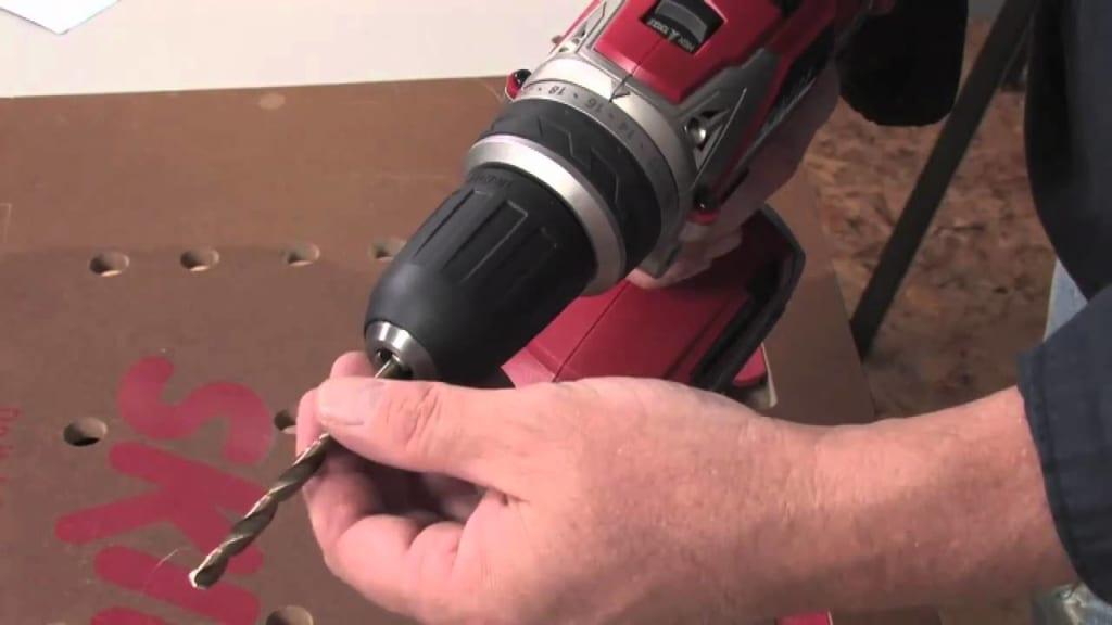 Cách tra mũi khoan vào máy khoan